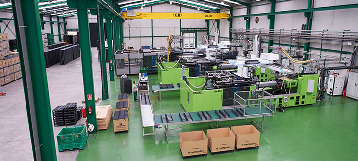 How is the process of manufacturing plastic pallets by injection and what advantages does it offer?