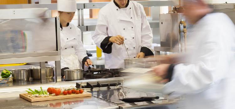 Quels avantages les palettes en plastique offrent-elles aux environnements de l'hôtellerie et de la restauration?
